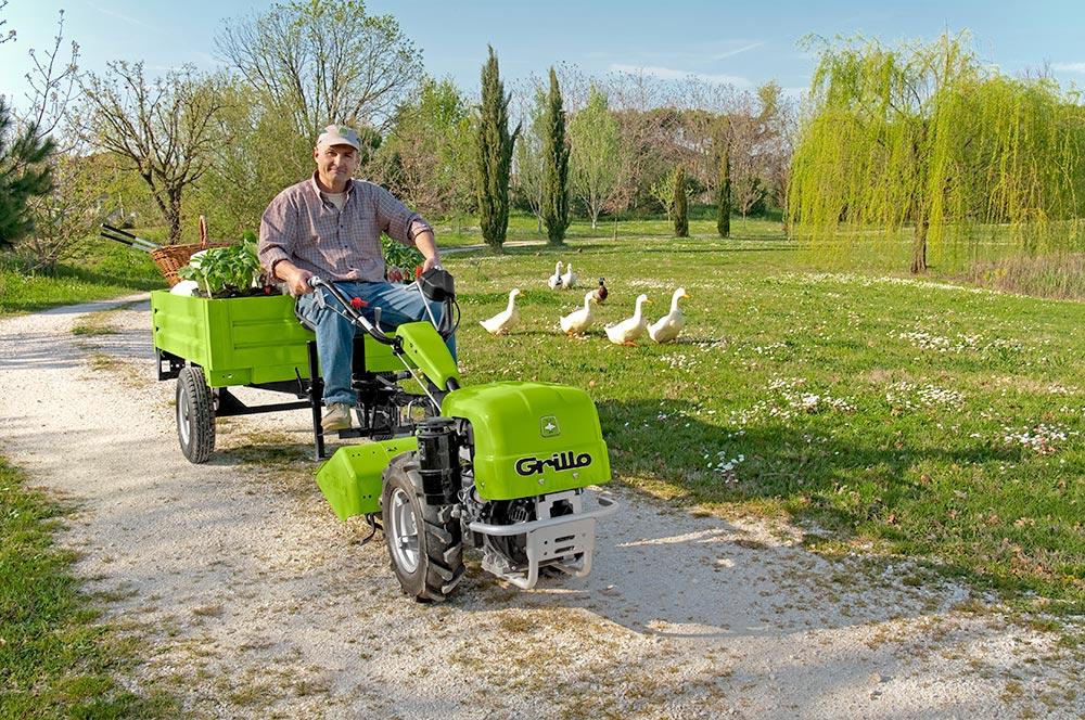 Traktor Grillo s přívěsem